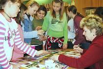 Autogramiáda Věry Řeháčkové po besedě s dětmi