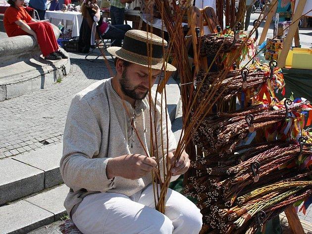 Ve čtvrtek se v Karviné konal velikonoční jarmark. Návštěvníci mohli na vlastní oči vidět, jak Boris Šimon plete pomlázky.