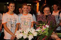 Členky Pěveckého studia Permoník se v sobotu v noci vrátily z cesty do Austrálie, kde zvítězily na věhlasném mezinárodním pěveckém festivalu. Na karvinském nádraží je vítali rodinní příslušníci i přátelé Permoníku