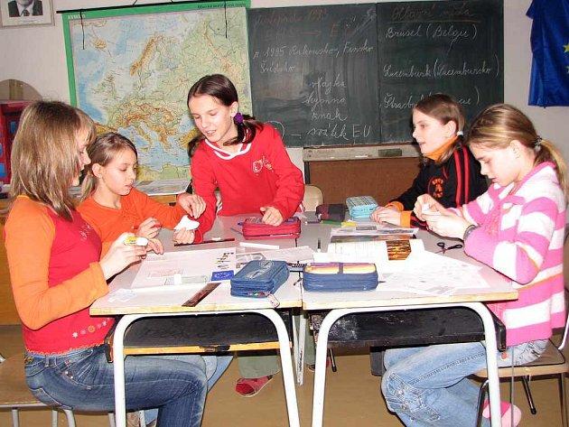 Škkoláci pracovali ve smíšených skupinách.