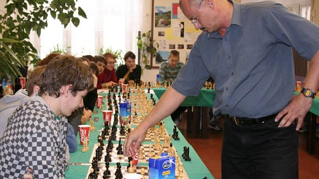 Bohumínský starosta neprohrál šachovou simultánku se studenty ani letos.