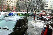 Poškozené automobily spadlým sněhem a ledem ze střechy