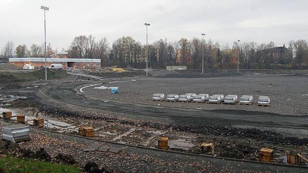 Práce na dokončení rekonstrukce sportoviště jsou v plném proudu