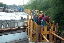 Stavební firma tvrdí, že oprava je delší, aby most byl kvalitnější.