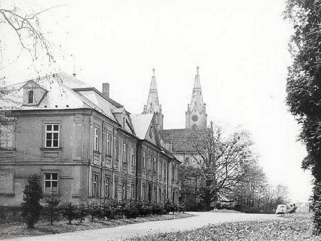 Na dobové pohlednici je zachycen bývalý orlovský zámek.