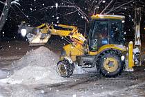 Odklízení sněhu z parkoviště na Dlouhé třídě