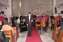 Komorní orchestr Camerata Janáček a houslista Jiří Vodička v kostele sv. Anny.