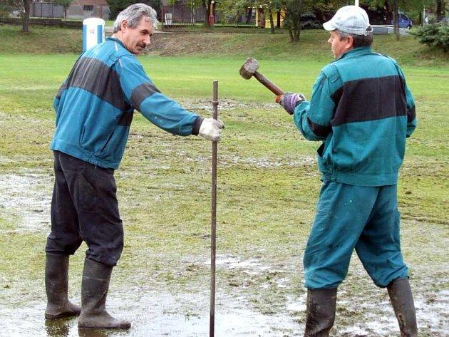 Oprava travnaté plochy na hřišti u Městské sportovní haly začala okamžitě po skončení slavností. Nejdříve se musí celá plocha zbavit kaluží.