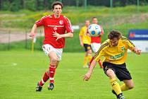 Karvinští fotbalisté (ve žlutém) si dojeli pro tři body do Třince.