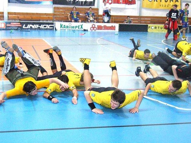 Takto se radovali florbalisté Pegresu po druhém vítězství v semifinále extraligy. Ti věří, že dnes sérii v Ostravě zdárně dokončí a budou hrát zápasy o titul.