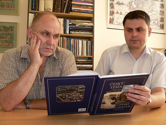Henryk Wawreczka a David Pindur s knihou mapující historii města na levém břehu řeky.