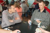 Hráči z celé republiky se sjeli v sobotu do Petrovic na turnaj v licitovaném mariáši.