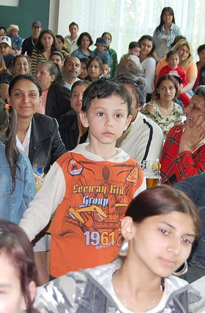 Malé romské zpěváky sledoval celý sál.