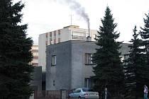 Hustý kouř z kotle na tuhá paliva se line z rodinných domů, které stojí v těsné blízkosti panelových domů v havířovské městské části Šumbark. Mnohé rodinné domy nebyly při výstavbě sídliště zbourány, ani přestavěny na ekologický způsob vytápění.