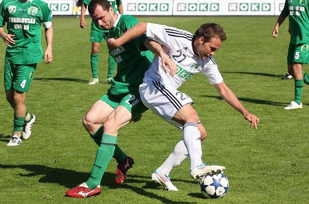 Fotbalisté Karviné (v bílém) hráli se Sokolovem bez branek.