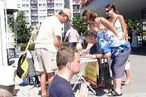 Aktivisté učení Falung Gong sbírali podpisy pod petici proti odebírání orgánů zaživa.