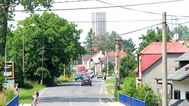 Pohled z Dělnické ulice před odstřelem skipu