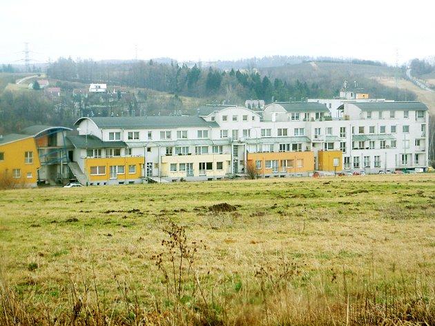 Obec musela do špatně postaveného domu investovat mnoho milionů korun. Nyní už jen chybí zateplení fasády jedné stěny a radní doufají, že to budou na dlouhou dobu poslední investice.