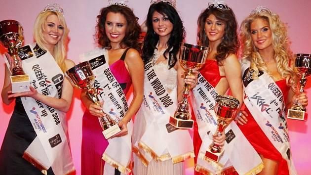 Dominika Hužvárová (zcela vpravo) obsadila na soutěži Queen of the World páté místo. Z titulu Miss se radovala Lichtenštejnka Julia Schmidt (uprostřed).