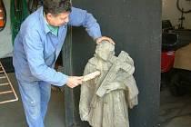 Nalezená socha bude první listopadový den postavena na nový podstavec.