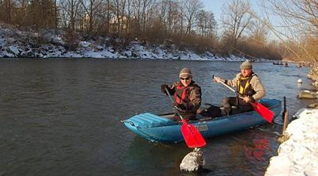 Vodáci podnikli zimní plavbu po řece Olši