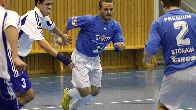 Sálovkáři Stonavy (v modrém uprostřed Marek Bahna) vytěžili z domácího turnaje šest bodů.