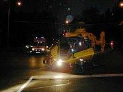 Ve výjimečných případech jsou piloti záchranářského vrtulníku připraveni přistát téměř kdekoli nebo za jakýchkoli podmínek. Na snímku jde o večerní přistání na křižovatce v Havířově