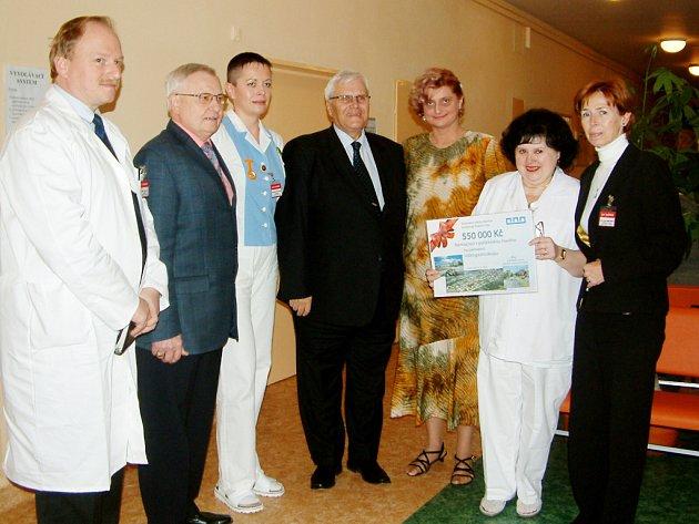 Primátor František Chobot předal vedení nemocnice a lékařům šek na 550 tisíc korun.