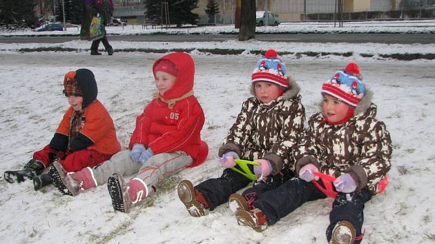 Děti si sněhu užívaly