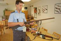 Policista Miroslav Juřička ukazuje zbraně, které lidé z Karvinska předali k registraci v rámci zbraňové amnestie