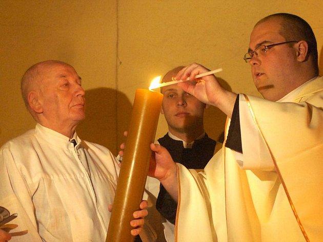 Také v Karviné slavili křesťané velikonoční svátky tradičním průvodem s hořícími svícemi.