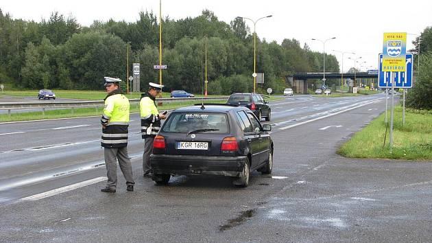 Hlídka dopravní policie na Ostravské ulici při vjezdu do Havířova
