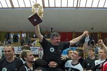 Trenér Jaroslav Hudeček získal první titul v kariéře. Náležitě si jej také užil.