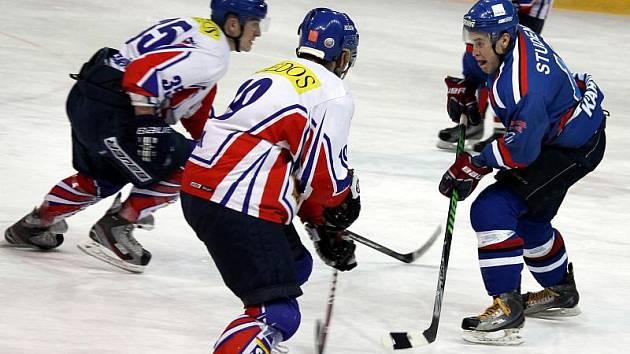 Karvinští hokejisté (v modrém) vyhráli na ledě houževnatého soupeře z Nového Jičína.