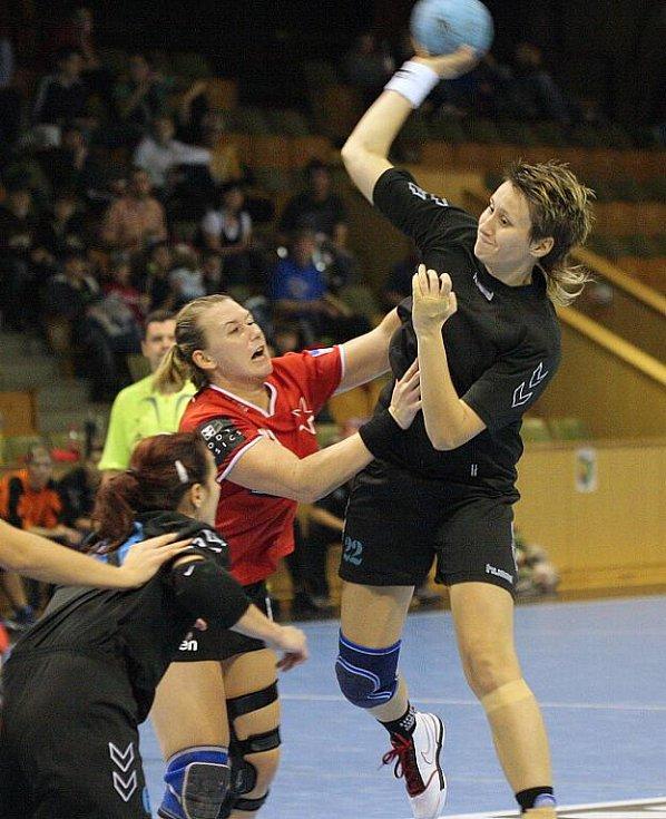 Karviňanky (v černém) odvedly v duelu se Slavií velmi dobrý výkon.