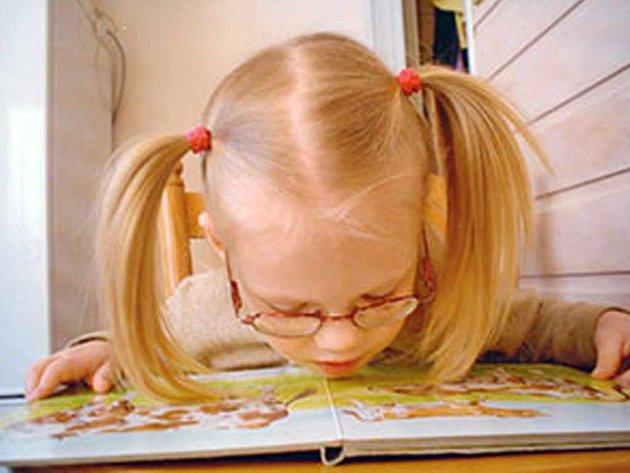 Čtyřleté Janičce, která žije v rodině Indrákových, přispěl nadační fond Rozum a Cit, částkou 20 tisíc korun na nákup kamerové lupy.