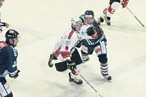 Junioři Havířova (bílé dresy) v první hokejové lize mužů s Benátkami prohráli.