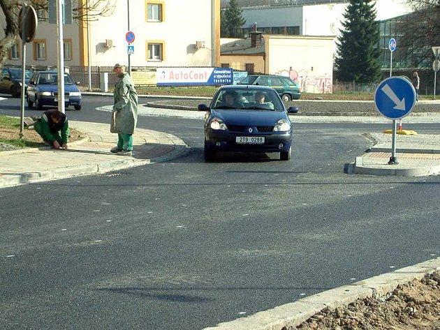 Rondel je důležitou křižovatkou silnic vedoucí na šumbarská sídliště.