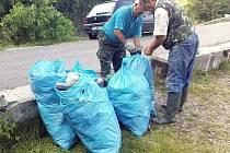 Rybáři při úklidu