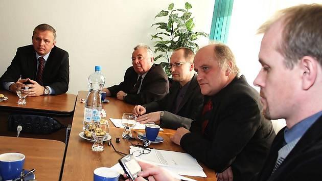 Ministr pro lidská práva a národnostní menšiny Michael Kocáb (druhý zprava) navštívil pracovně Český Těšín
