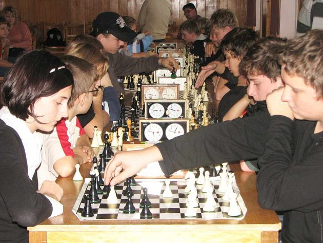 Tým ZŠ Kpt. Jasioka zvítězil i díky Martinu Michálkovi (vpravo), který v tomto souboji porazil Kristýnu Zuzčákovou ze ZŠ M. Kudeříkové.