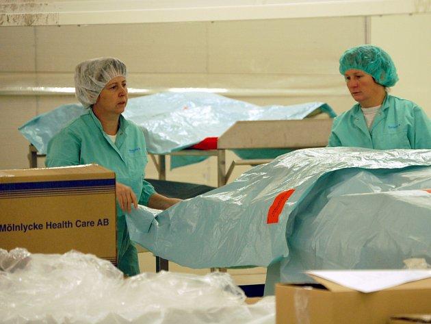 V balírně hotových produktů mají v Mölnlycke Health Care napilno.