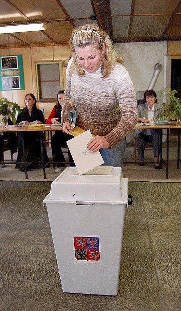 Monika Klemková u volební urny