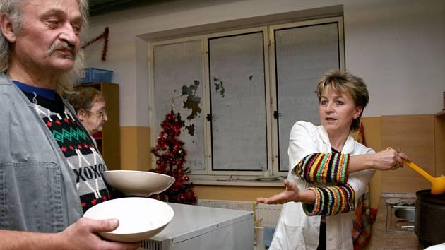 K štědrovečerní večeři se v Azylovém domě podávala hrachová polévka a kapr se salátem.