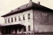 Bývala nádražní budova, později restaurace Rakovec, v dubnu 1988 před demolicí.