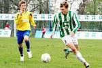 Karvinští fotbalisté (zelenobílé dresy) skončili nakonec v tabulce MSFL čtvrtí. Vpravo Michael Reichl.