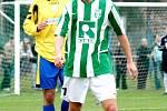 Karvinští fotbalisté (zelenobílé dresy) skončili nakonec v tabulce MSFL čtvrtí. Na snímku Tomáš Jursa.
