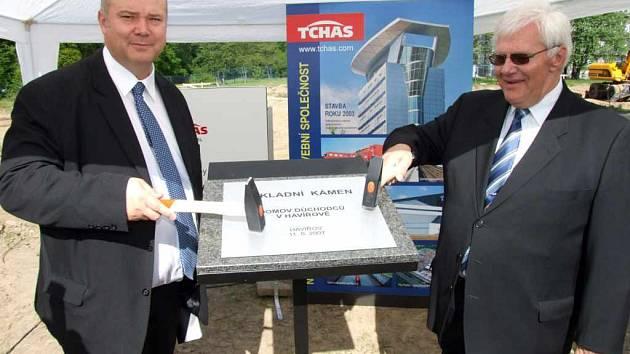 Primátor František Chobot (vpravo) poklepal s ředitelem firmy Tchas Jaroslavem Pacltem základní kámen.