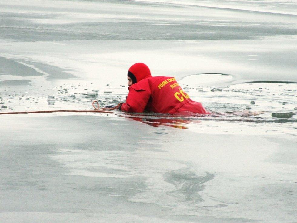 V některých místech byl led velmi tenký a pod tíhou člověka okamžitě praskal.