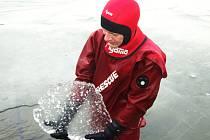V neděli byl na Těrlické přehradě led silný kolem 5 centimetrů. Ne však všude.
